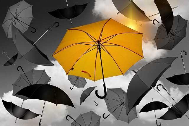 Die Sonne hinter dem Schirm
